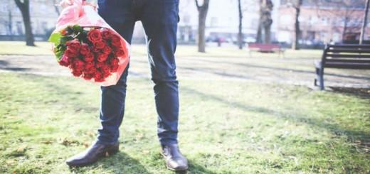 muz s kvetinou